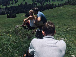 Für eine einzelne Filmaufnahme müssen die Models ihre Bewegungen mehrere Male im selben Ablauf ausüben.
