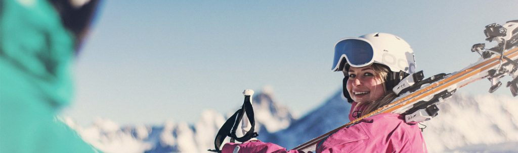 Der Skilehrer unterstützt dich bei deinen ersten Schwüngen der neuen Skikarriere.
