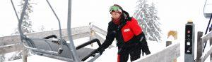 Manuela klappt die Sessel der Loischkopfbahn.
