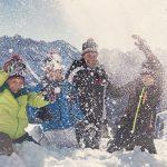 Schneeballschlacht im Bergpanorama